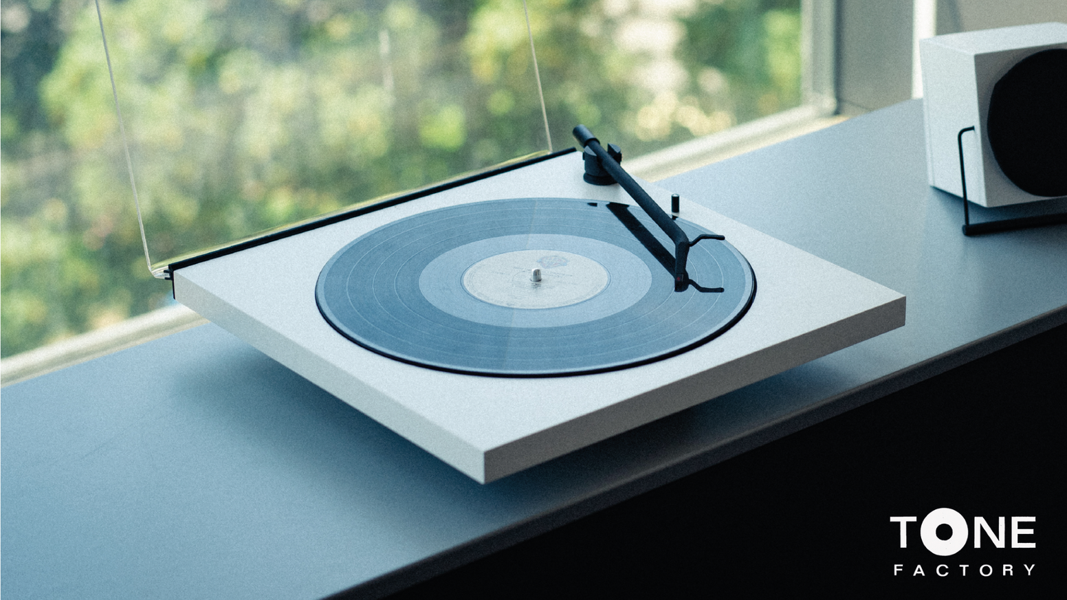 TONE Factory - a minimalist turntable optimized for your bluetooth speaker