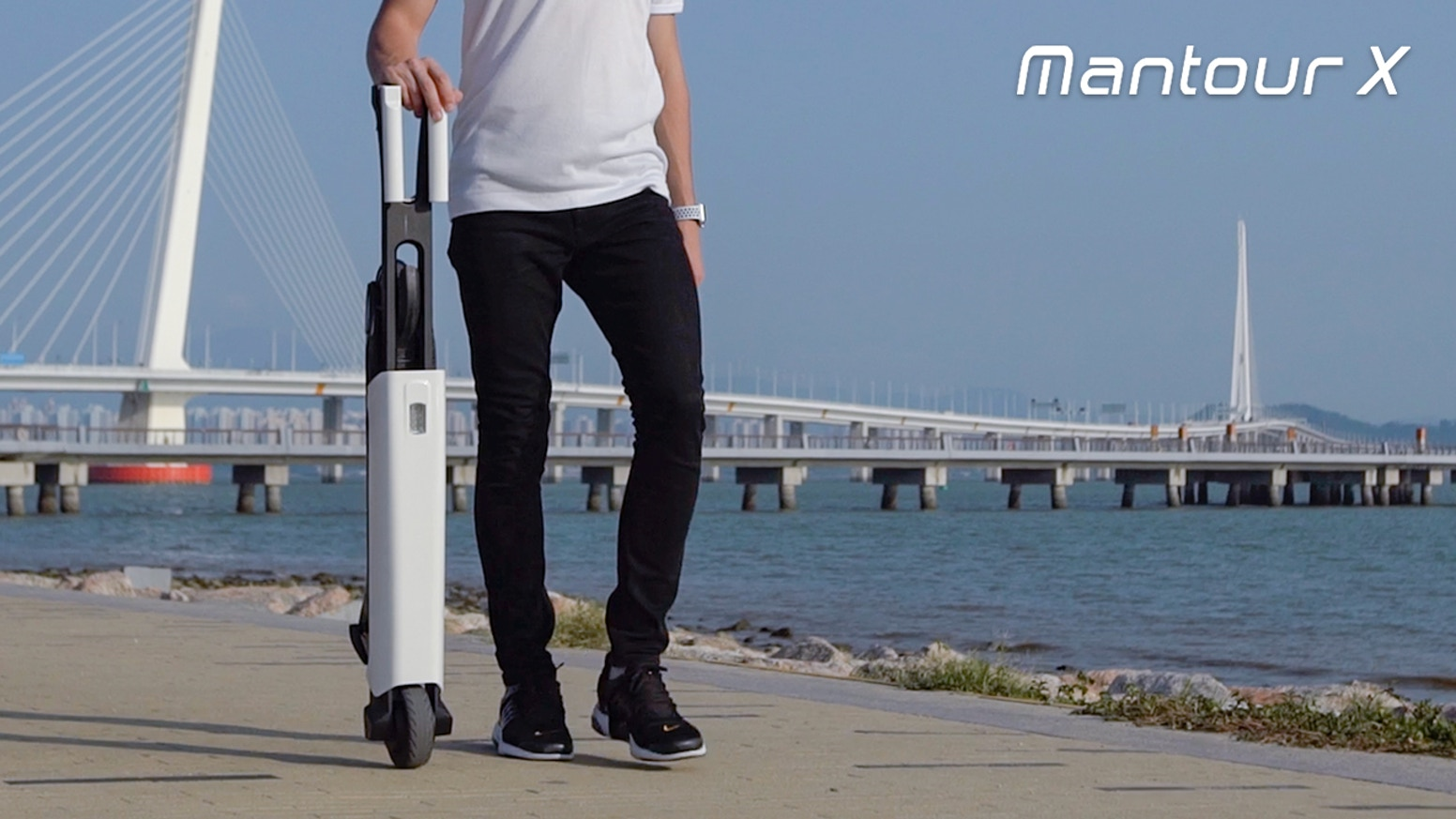 Made of carbon fiber & aluminum alloy, the Mantour X self-balancing e-scooter weights 16 lbs only ensuring high portability.