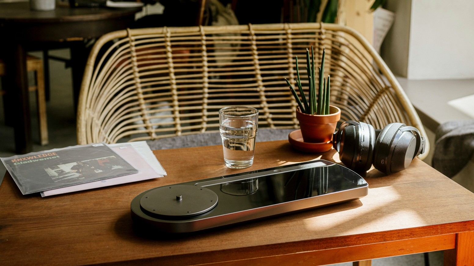 A beautifully designed and incredible sounding portable turntable with wifi & bluetooth connection and rechargeable batteries.