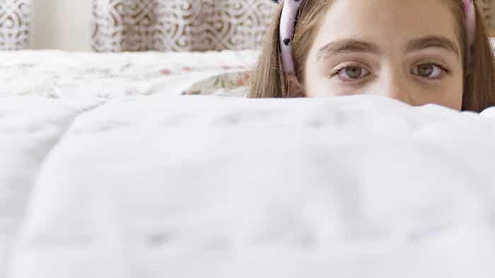 Ana juega a las escondidas