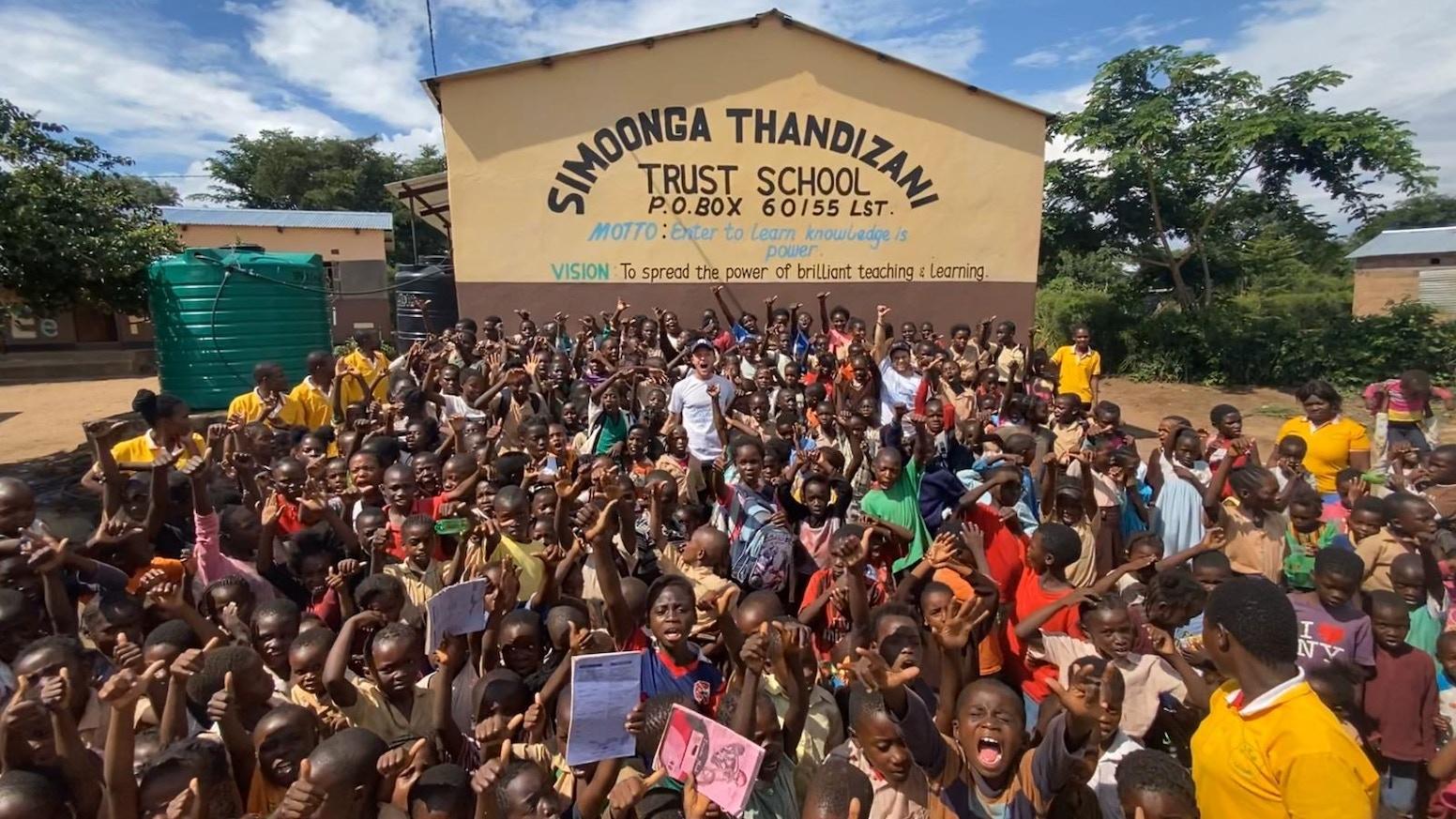 Un camarero, un aparcacoches y un socorrista se van a hacer cortometrajes sobre distintas ONG de África para frenar el Coronavirus.