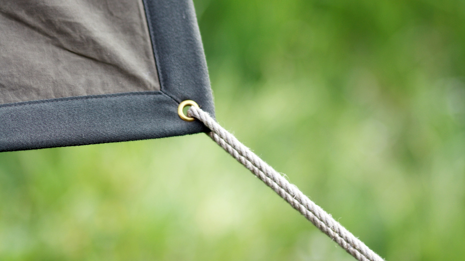 High-quality handmade picnic blanket. Made from waxed cotton and soft cotton fleece in Switzerland.