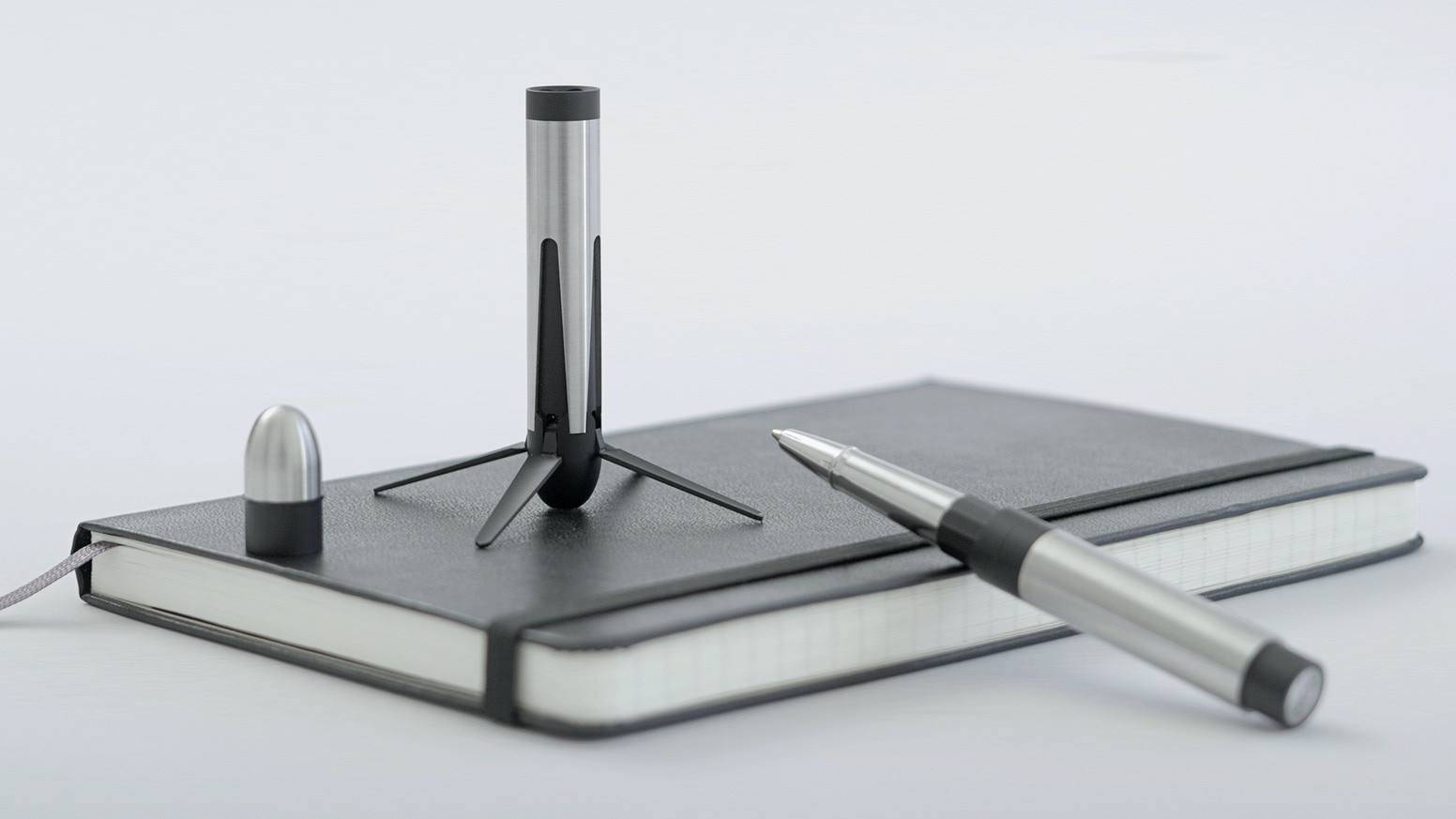 Pen inspired by SpaceX rocket with retracting mechanical legs and magnetic capsule, in aluminium or steel. For all space enthusiasts.