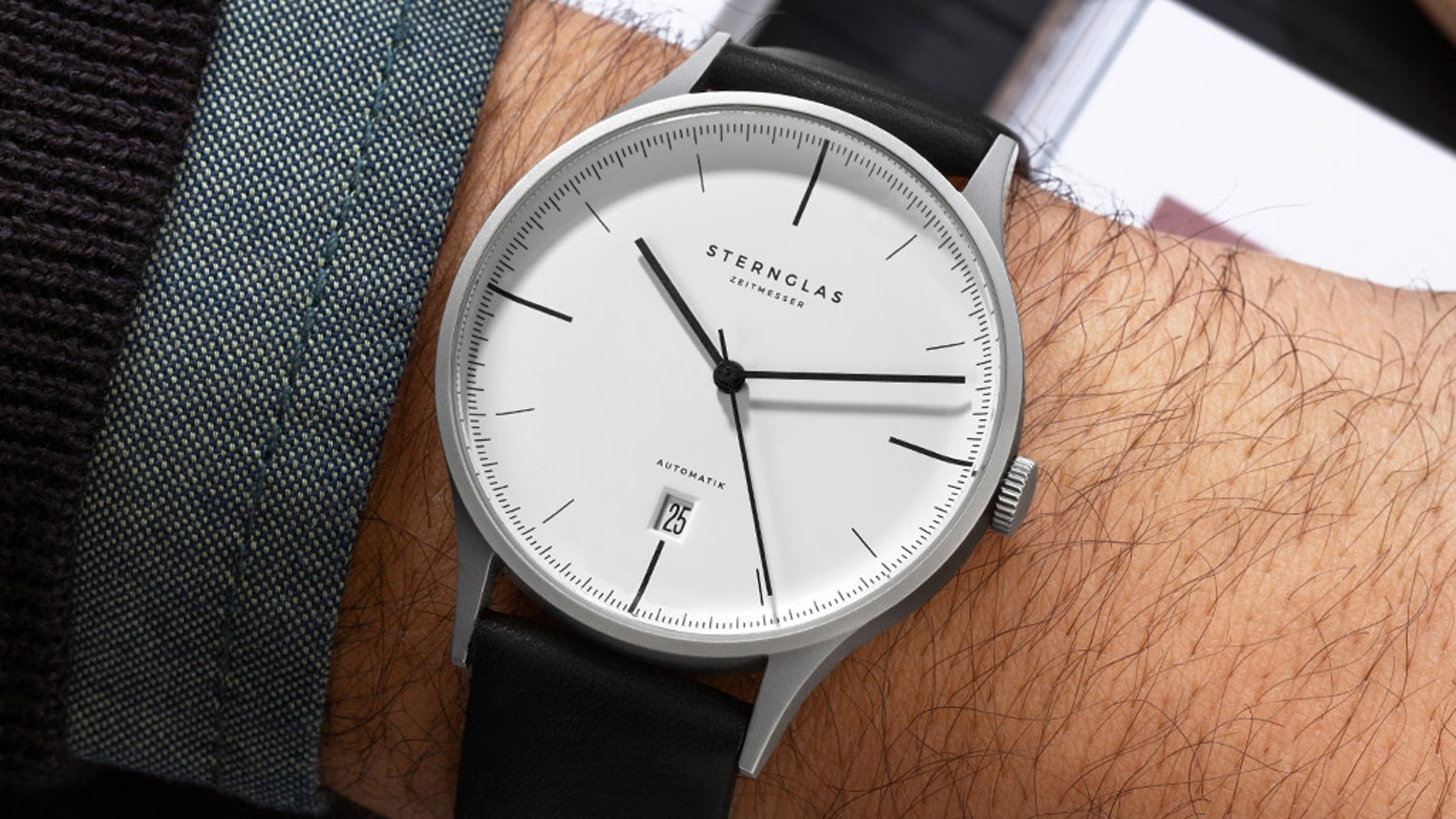 A classic Bauhaus-inspired mechanical watch for only 299€. Domed sapphire glass, ultra-slim design and a high-quality movement.