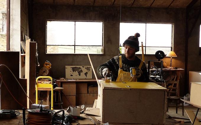L'atelier de Alea Jacta Est, première entreprise au monde de personnalisation de dés, en bois, made in France!